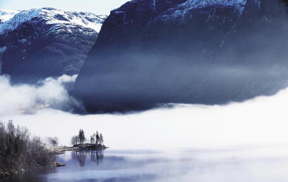 베르겐 남쪽 작은 마을 에트네 고갯길에서 만난 풍경. 피오르 협만 위로 물안개가 짙게 피어 올랐다. 눈 덮인 산은 해발 1000m가 넘는다. 눈 돌릴 때마다 대자연 앞에 먹먹해지는 나라, 노르웨이다.