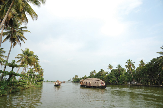 케랄라 주 내륙수위의 하우스보트들.