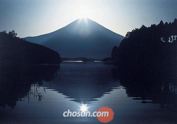 다누키코 호수의 '다이아몬드 후지' 모습 / 시즈오카현 관광협회 제공