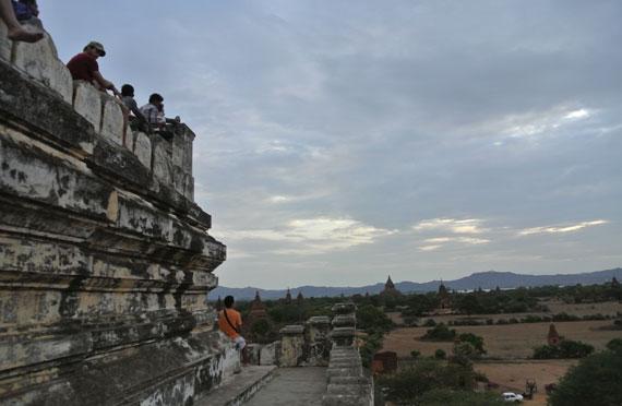 미얀마 바간의 쉐산도 파고다(불탑)에 오른 관광객들이 탑에 걸터앉아 일몰(日沒)을 바라보고 있다.