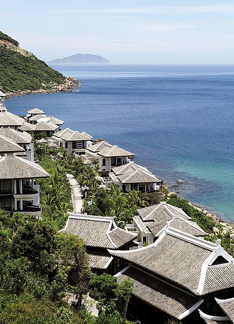 푸른 바다와 아름답게 어우러져 휴식을 취하기 좋은 썬짜 비치의 인터콘티넨탈 다낭 리조트.