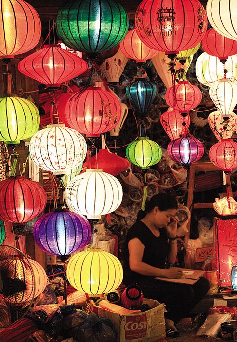 알록달록 많은 빛이 넘쳐나는 수많은 전등을 판매하는 호이안 전등 매장.