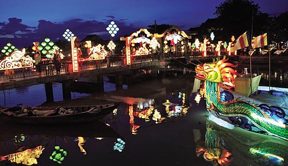 밤이면 구시가지와 신시가지를 잇는 다리에 화려한 빛의 향연이 펼쳐진다.