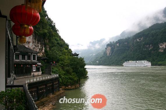 장강삼협의 서릉협 구간을 통과하는 크루즈
