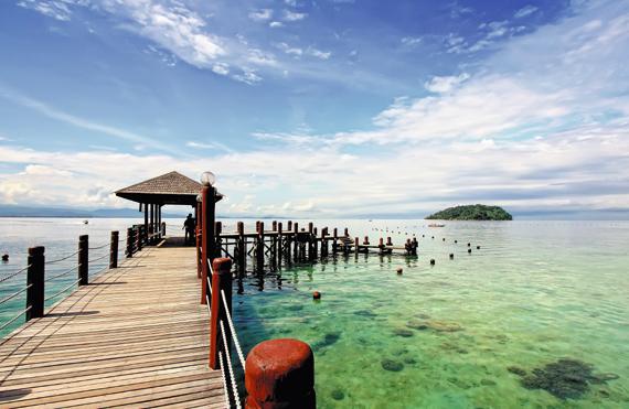 맑은 물과 고운 모래사장에서 각종 해양 스포츠를 즐길 수 있는 마누칸섬.