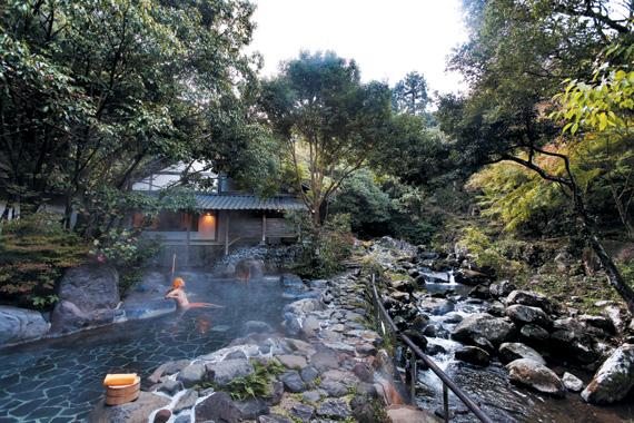규슈 사가현 우레시노에 있는 야외 온천. 숲이 우거진 계곡에 료칸을 짓고 온천탕을 만들어 계곡을 보며 온천을 즐길 수 있다.