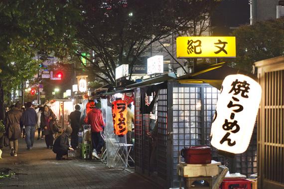 후쿠오카 도심에 불을 밝힌 포장마차촌.