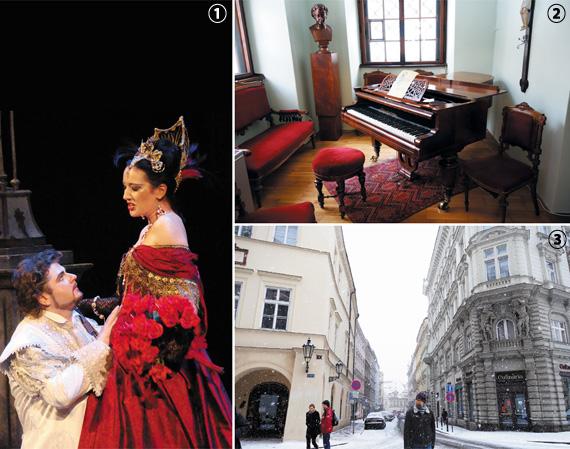 ①드보르자크의 '루살카' 한 장면. '인어공주'를 모티브로 했다. ②드보르자크 박물관에 있는 피아노와 의자. 의자 윗부분이 반질반질 닳아있다. ③모차르트가 머물며 오페라 '돈 조반니'를 작곡한 건물(왼쪽). 건물 외벽에 모차르트의 이름과 얼굴 부조가 있다. 맞은편 건물(오른쪽)에 살던 대본 작가 다 폰테와 창문으로 이야기를 나눴다고 한다.