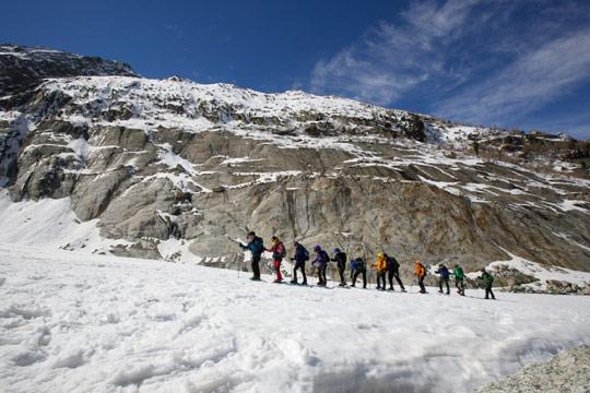 메르 드 글라스를 찾은 관광객들이 빙하 위를 걷고 있다.