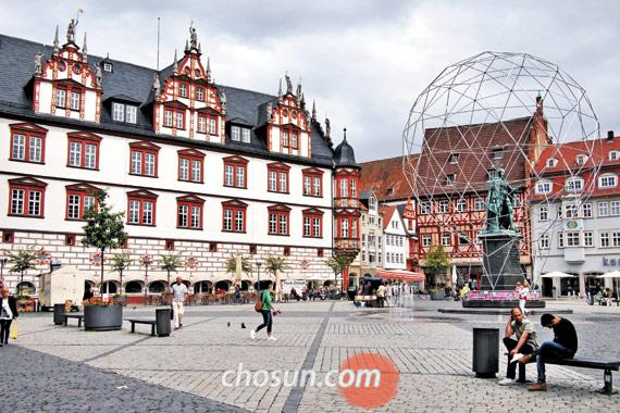 독일 남부 소도시 코부르크 중심에 있는 마르크트광장. 이곳의 여러 노천카페 중 한 곳에 앉아 커피나 맥주를 홀짝이다 보면 '여기가 진짜 유럽이구나'란 생각이 든다.
