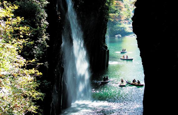일본 구마모토현의 화산에서 흘러내린 용암으로 형성된 다카치호 협곡. 잔잔한 강물과 원시림, 폭포가 어우러진 절경을 보다 보면 더위는 싹 잊게 될 것이다.