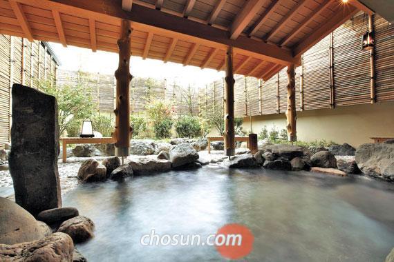 교토 료칸 가덴쇼의 야외 온천.