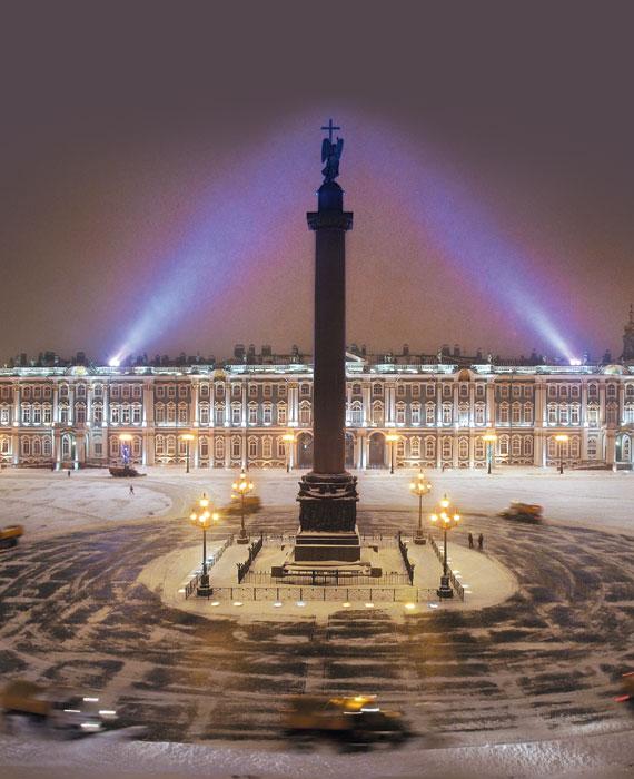 올해 개관 250주년을 맞은 에르미타주박물관. 눈 덮인 궁전 광장 가운데 알렉산드르 1세를 기리는 탑이 장엄하다.