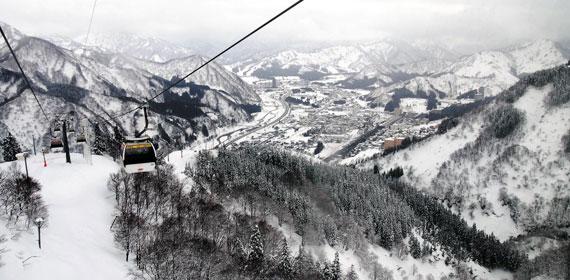 8인승 곤돌라가 해발 800m 높이의 스키장을 향해 올라가고 있다. 주변의 설산(雪山)이 수묵화처럼 펼쳐진다.