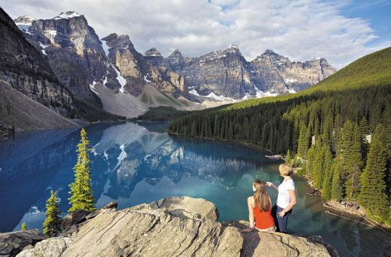캐나다 밴프 국립공원의 빙하로 덮인 모레인 호수.