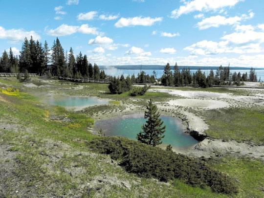 미국 최초의 국립공원인 옐로스톤 공원의 전경
