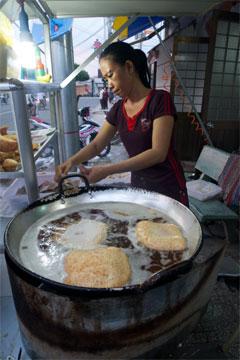 튀겨 먹는 베트남 전통 빵.