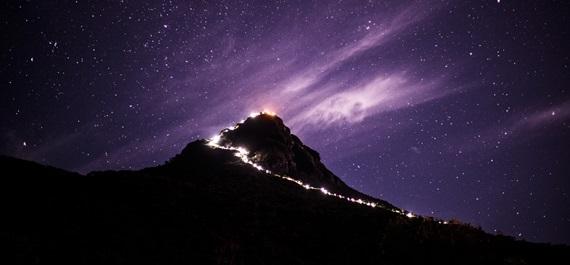 스리랑카의 아름다운 산 애덤스 피크. 성경 속 아담이 지상에 첫발을 내디뎠다는 곳으로 정상으로 오르는 길을 밝혀주는 불빛에서 극도의 아름다움을 얻는다.