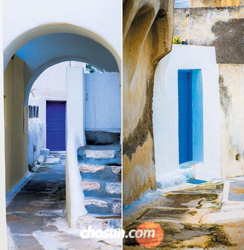 엠포리오 마을 뒷골목들. 담벼락은 흰 회칠을 했고 문은 코발트 계통으로 푸르게 칠했다. 골목과 골목이 무한히 연결돼 미로를 만들었다.