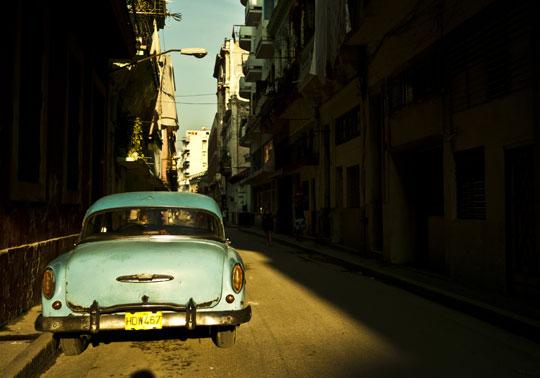 미국식 클래식한 자동차가 서있는 쿠바의 뒷골목.