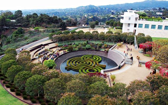 건축계의 노벨상인 프리츠커 상 수상자 리처드 마이어가 설계한 게티 센터는 미술가 로버트 어원이 디자인한 조경과 완벽한 조화를 이루고 있다.