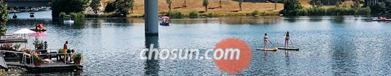 오스트리아 빈을 대표하는 작곡가 겸 왈츠의 대가 요한 슈트라우스 2세의 '아름답고 푸른 도나우강'이 바로 이곳이다. 여름 도나우(다뉴브)강엔 뜨거운 날씨를 피해 수영을 하고 요트를 타는 주민들로 가득하다. 그래도 여유롭다. 이게 자유다.