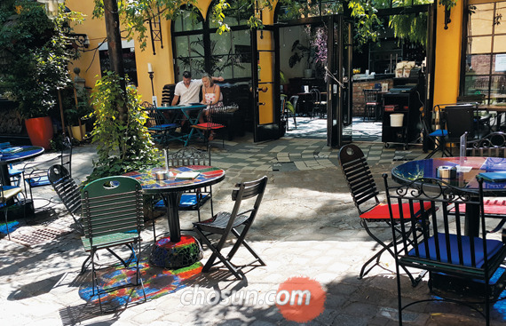 훈데르트바서의 쿤스트하우스가 있는 레스토랑.