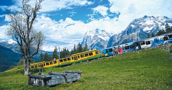 융프라우 지역 곳곳에 숨어 있는 산악 마을로 관광객을 실어나르는 융프라우 철도.