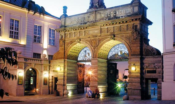 필스너 맥주 공장이 네오 르네상스풍으로 세운 더블 아치형 정문. 필스너 맥주 탄생 50주년을 기념해 1892년에 세웠다.