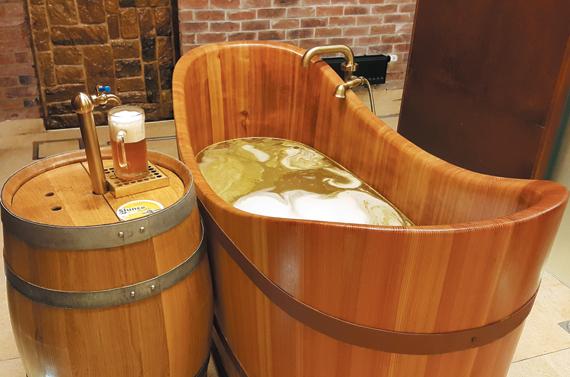 비어 스파. 나무 욕조에 물과 맥주를 섞은 맥주탕이다.