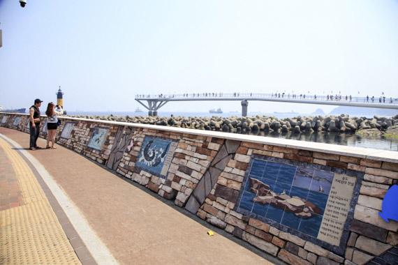 거북섬과 관련한 재미난 이야기들이 적힌 해안가 벽면