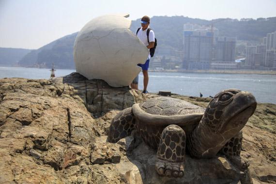 거북섬에 설치된 조형물과 쉼터. 알껍질 안에 앉아 쉴 수 있다