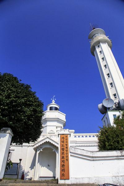 가덕도 옛 등대와 새 등대가 나란히 서 있다. 왼쪽 단층 건물이 100년이 넘은 옛 등대이다