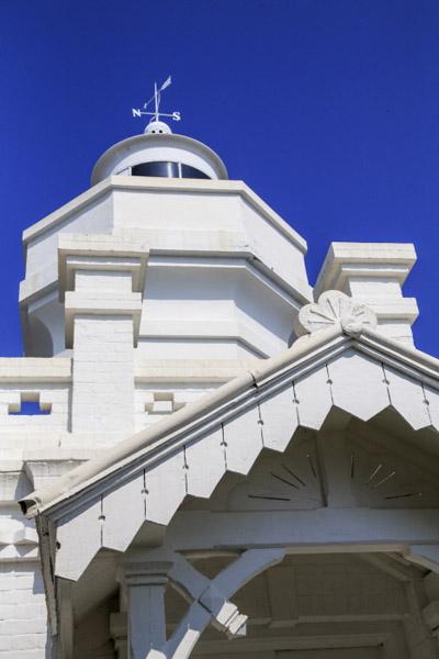 등대입구 지붕에 대한제국 황실을 상징하는 오얏꽃 문양이 보인다