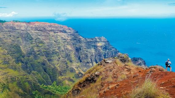 카우아이 와이메아캐니언 아와아와푸히 트레일의 종점. 사진 우측 황토 언덕이 끝나는 지점이 높이 1200m 수직절벽이다.