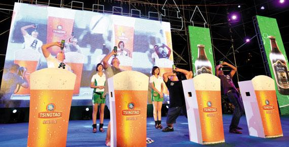 칭다오맥주축제에서 맥주 빨리 마시기 대회에 참가한 사람들이 맥주를 마시고 있다.