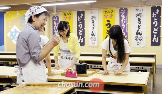 나카노 우동학교에서 선생님 지시에 따라 반죽을 미는 학생들.