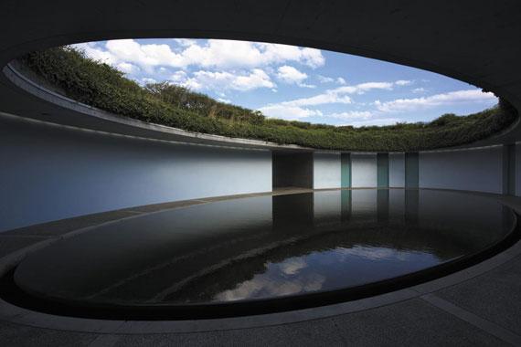 베네세뮤지엄 언덕 위 타원형으로 세워진 최고급 숙박시설 '오벌'. 연못이 빛을 반사하는 환상적인 공간이다.