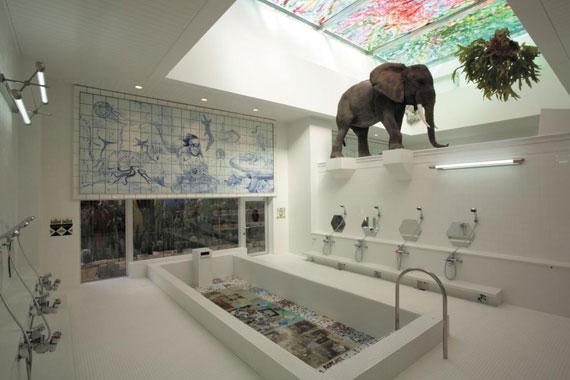 미야노우라 항구 앞에 있는 'I♥湯' 목욕탕 남탕 풍경. 여탕과의 경계에 코끼리상을 세워놨지만 윗벽이 뚫려 있다.