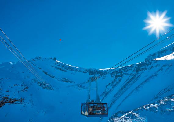 스위스 몽트뢰 근처에 있는 콜 드 피용의 하이킹 코스인 '글래시어(Glacier) 3000'. 직접 하이킹을 해도 좋고, 체력이나 시간이 여의치 않다면 케이블카나 스노버스를 타고 이곳을 가로지를 수도 있다.