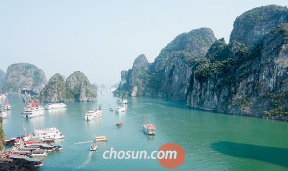 세계 7대 절경으로 꼽히는 베트남 하롱베이. 보트를 타고 바다에 나서면 3000개가 넘는 섬이 파노라마처럼 펼쳐진다. 저마다 솟은 크고 작은 기암괴석들이 자태를 뽐낸다.