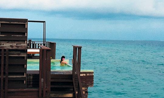 몰디브 지탈히 리조트는 방에서 바다로 곧바로 내려갈 수 있는 구조다.