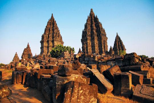 가장 아름다운 힌두교 사원이라 불리는 프람바난 사원의 모습.
