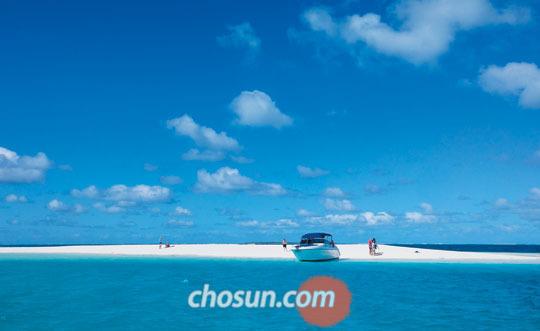 일데팽 해변에서 스피드 보트를 타고 30분쯤 달리니 신기루처럼 섬 하나가 떠올랐다.