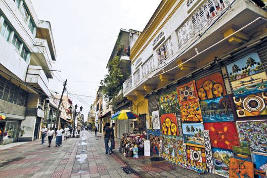 쇼핑 거리로 유명한 엘 콘데.