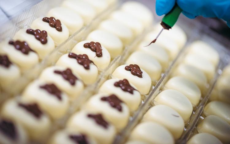 브뤼셀 고디바 공장에선 초콜릿을 만드는 공정의 상당 부분이 수작업으로 이뤄지고 있었다. 초콜릿 위에 장식을 올리는 모습.