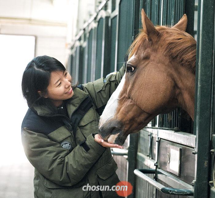 말에게 먹이를 줄 때는 손바닥을 활짝 펴고 줘야 한다.