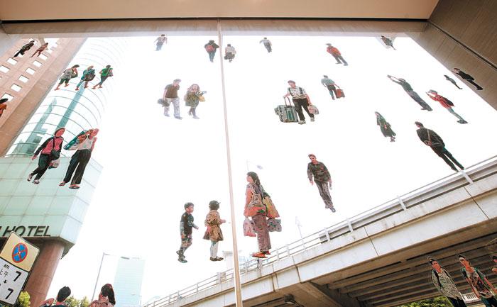 스테이지호텔 로비 유리창이 아티스트의 작품으로 장식돼 있다.