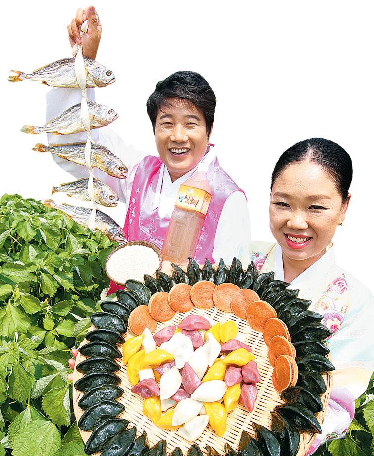 산머루마을 심동준 대표가 모시밭에서 올해 추석 선물 세트를 보여주고 있다.