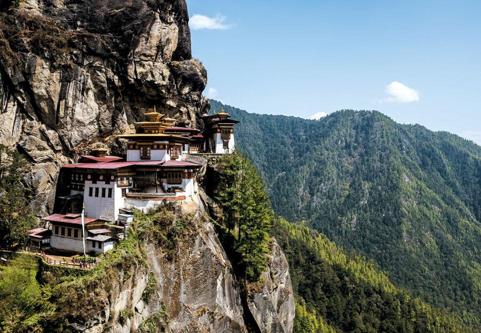 """부탄을 찾는 여행자가 꼭 들르는 탁상사원. 해발 3120m 까마득한 절벽에 자리하고 있다. 부탄은 국민 97%가 """"행복하다""""고 말하는 '행복 국가'다. / 최갑수 제공"""